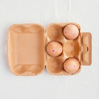 Vista superior da caixa com ovos de páscoa e espaço de cópia