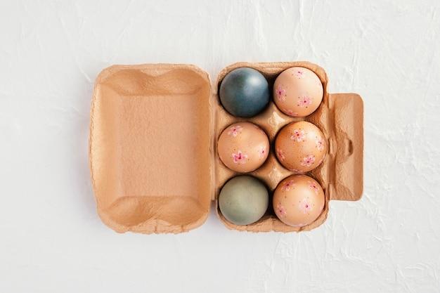 Vista superior da caixa com ovos de páscoa