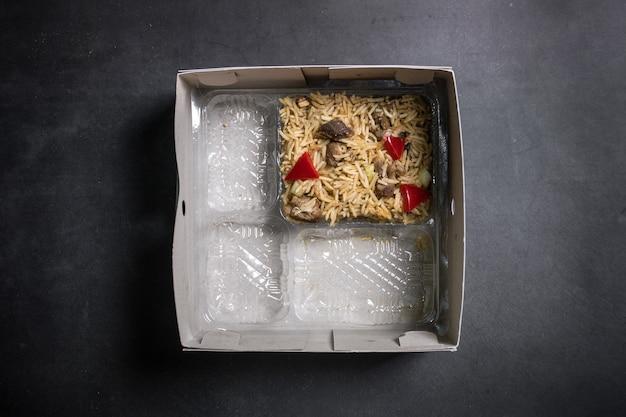 Vista superior da caixa de arroz contendo arroz árabe kebuli normalmente, pacotes de aqiqah na indonésia