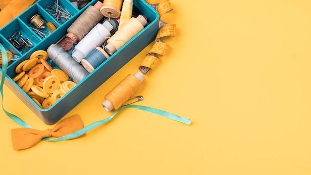 Vista superior da caixa de costura com suprimentos