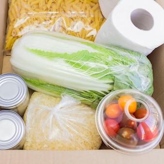 Vista superior da caixa de doação. suprimentos alimentares por período de isolamento de quarentena.
