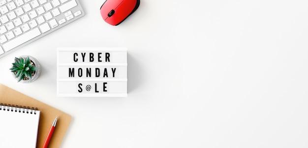 Vista superior da caixa de luz para cyber segunda-feira com teclado e mouse