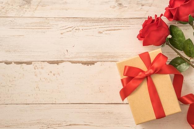 Vista superior da caixa de presente de artesanato com laço de fita vermelha para o dia dos namorados.