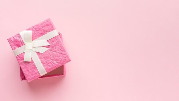 Vista superior da caixa de presente rosa com espaço de cópia