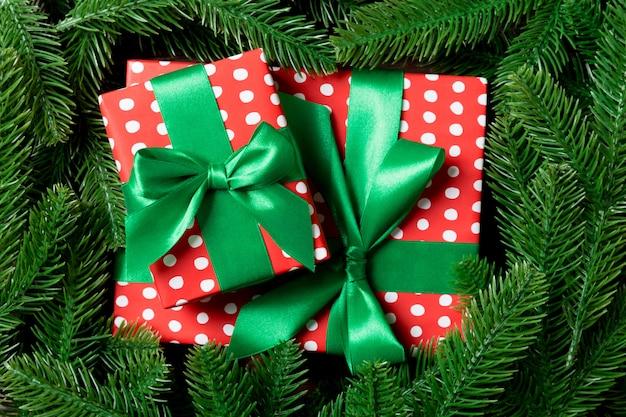 Vista superior da caixa de presentes decorada com uma moldura feita de abeto.