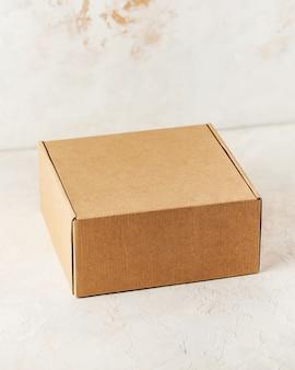 Vista superior da caixa fechada quadrada de papelão kraft em um fundo branco