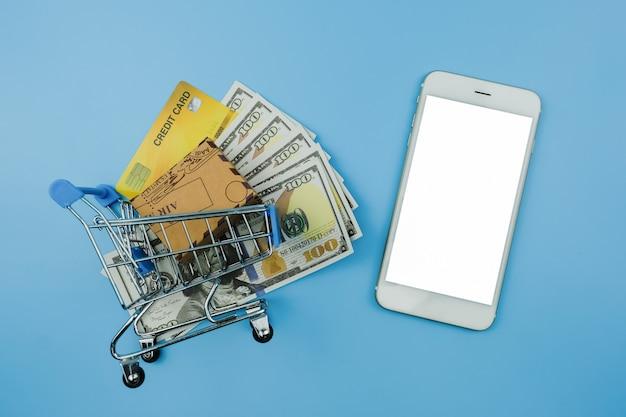 Vista superior da caixa ou da caixa em um carrinho nas notas de cartão de crédito em dólares americanos