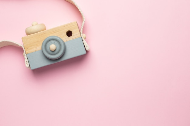 Vista superior da câmera de brinquedo de madeira para bebês