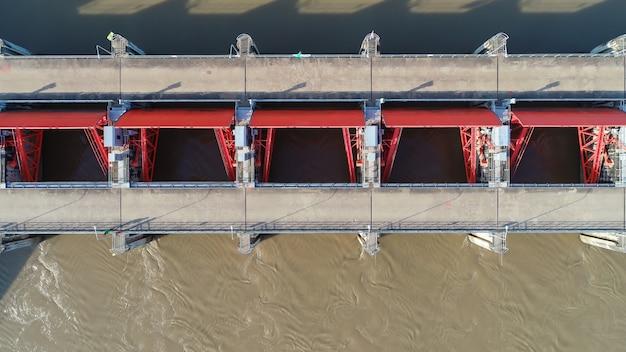 Vista superior da câmera do zangão: vertedouro de uma represa hidroelétrica. ambiente da barragem.