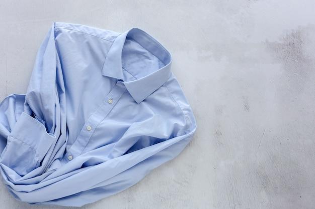 Vista superior da camisa azul elegante