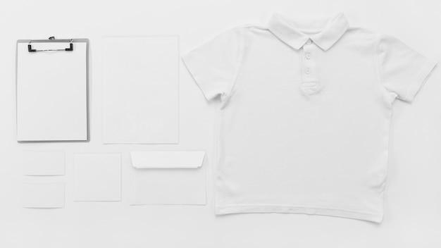 Vista superior da camisa e da área de transferência