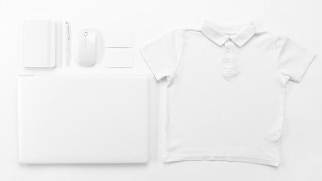 Vista superior da camisa e do laptop