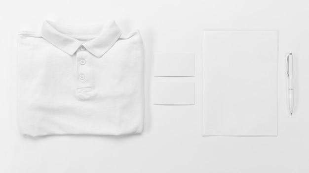 Vista superior da camisa e do papel