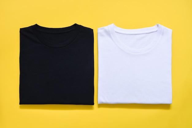 Vista superior da camiseta dobrada em preto e branco