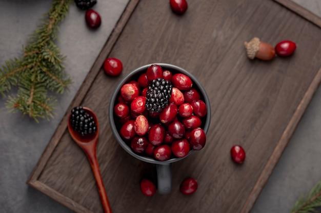 Vista superior da caneca com cranberries e amoras