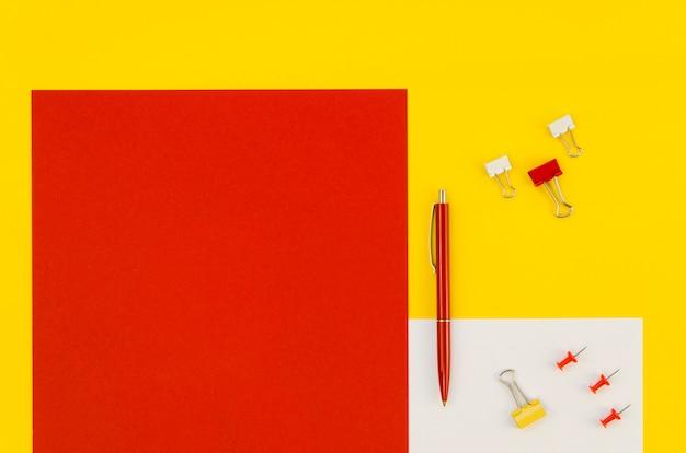 Vista superior da caneta e clipes de papel