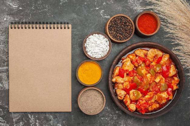 Vista superior da canja de galinha com ingredientes