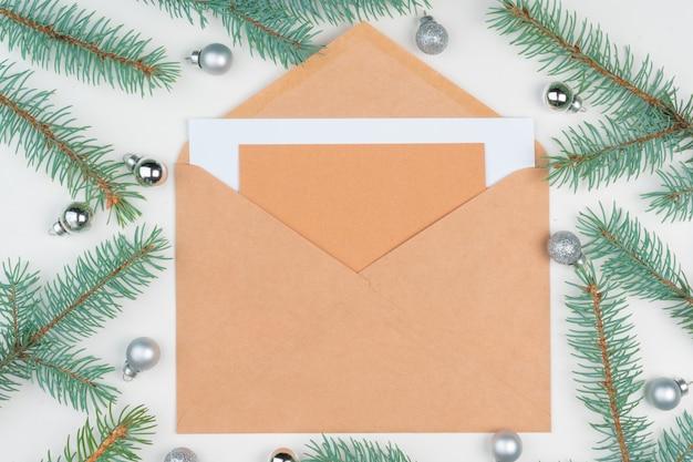 Vista superior da carta vazia na mesa de superfície de madeira com decoração de natal