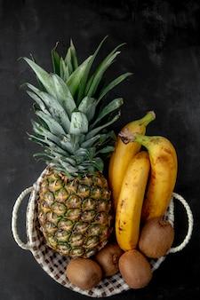 Vista superior da cesta cheia de deliciosas frutas frescas