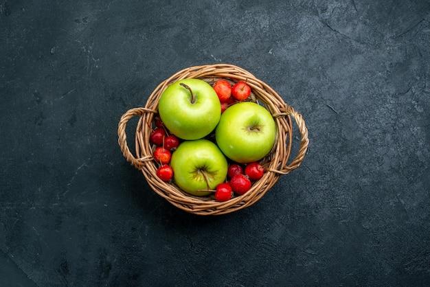 Vista superior da cesta com frutas, maçãs e cerejas doces na árvore de frescor de composição de frutas com frutas e bagas
