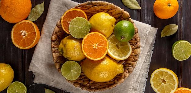 Vista superior da cesta de laranjas e limas