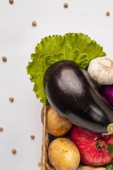 Vista superior da cesta de legumes frescos