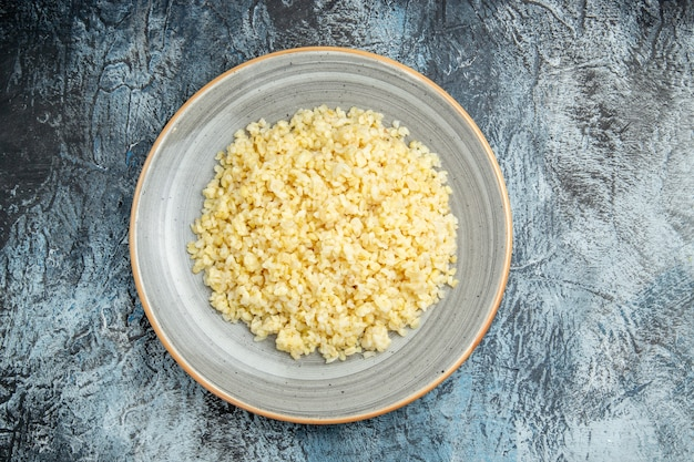 Vista superior da cevada perolada cozida dentro do prato na superfície clara