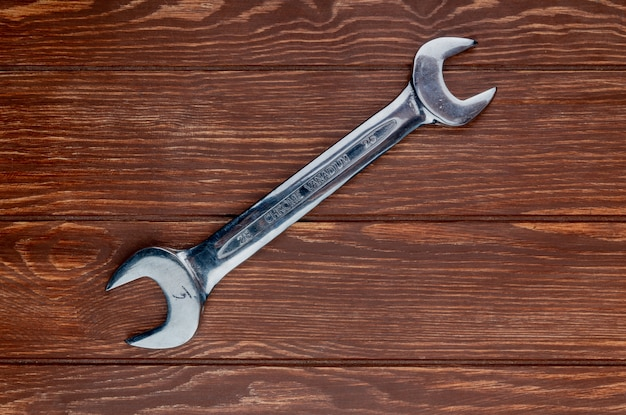 Vista superior da chave de boca em fundo de madeira