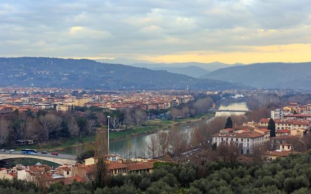 Vista superior da cidade de florença à noite (itália, toscana) no rio arno.