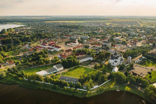 Vista superior da cidade de nesvizh no verão. bielo-rússia.
