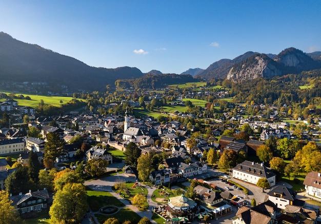 Vista superior da cidade de salzkammergut, nos alpes austríacos