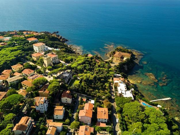 Vista superior da cidade e do calçadão localizado em castiglioncello, na toscana itália livorno