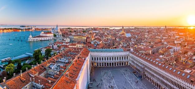Vista superior da cidade velha de vanice ao pôr do sol na itália