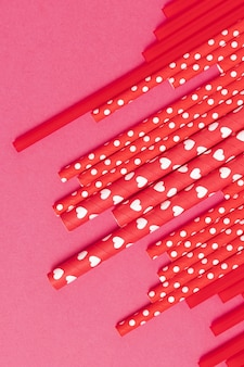 Vista superior da coleção de canudos plásticos coloridos