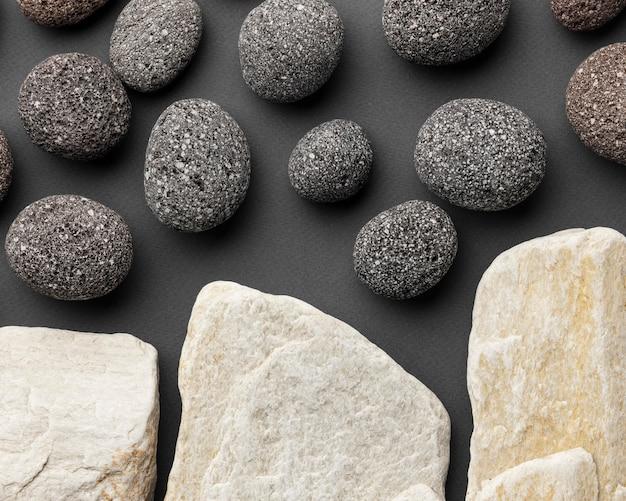 Vista superior da coleção de pedras brancas e pretas