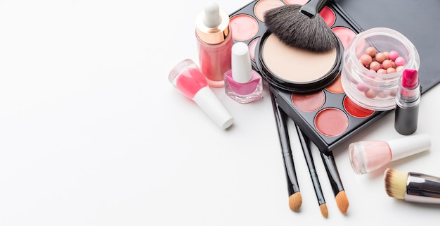 Vista superior da coleção de produtos de maquiagem com espaço para texto