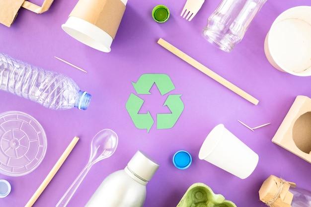 Vista superior da coleta de resíduos de plástico e papelão