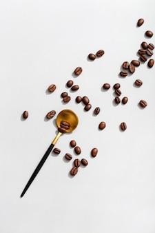 Vista superior da colher com grãos de café