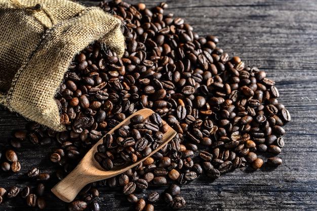Vista superior da colher de pau e um saco de lona de grãos de café