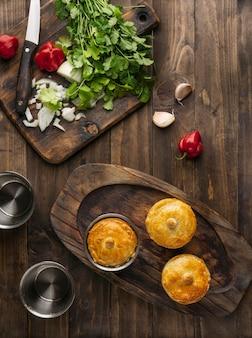 Vista superior da comida brasileira em uma placa de madeira