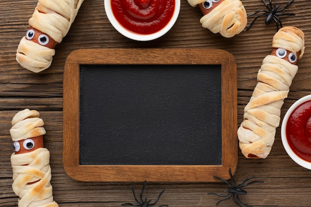 Vista superior da comida de halloween com moldura e ketchup
