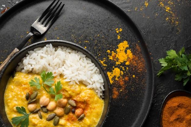 Vista superior da comida do paquistão com arroz