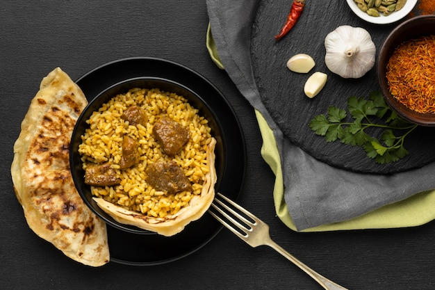 Vista superior da comida indiana e arranjo de garfos