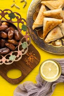 Vista superior da comida indiana e tâmaras