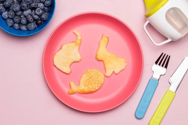 Vista superior da comida para bebê com mirtilos