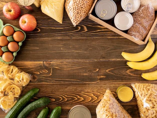 Vista superior da comida para doação com frutas e outras provisões