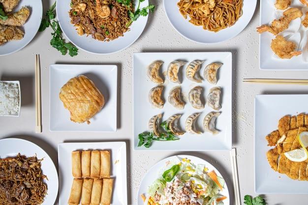 Vista superior da comida tradicional chinesa na mesa do restaurante