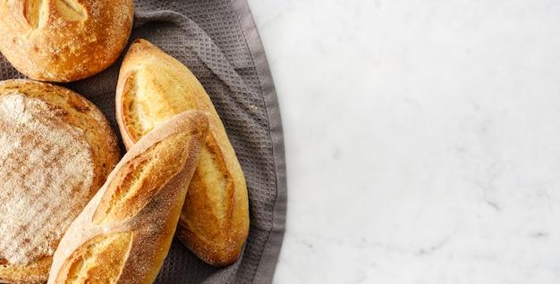 Vista superior da composição com pão fresco.