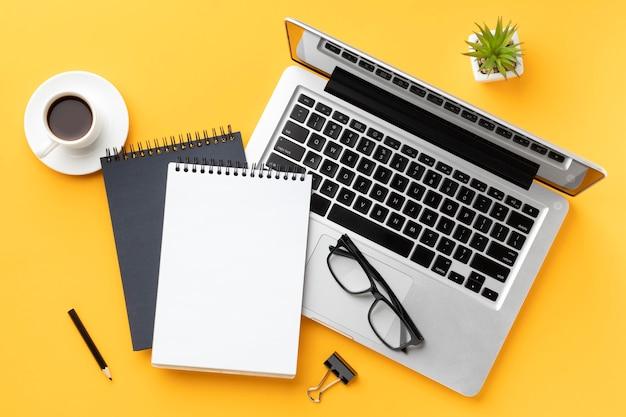 Vista superior da composição da mesa de escritório com bloco de notas