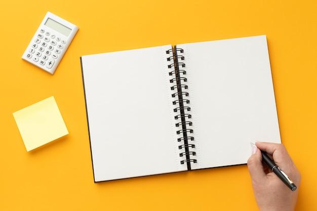 Vista superior da composição da mesa de escritório com caderno